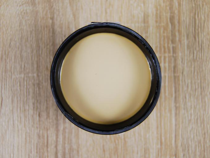 容器の蓋を外した「RIZAP 濃旨キャラメルプリン」を上から撮った画像
