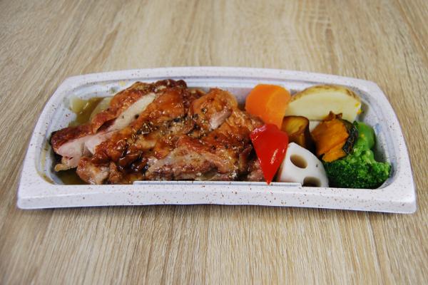 容器の蓋を外した「グリルチキン&彩り野菜」の画像