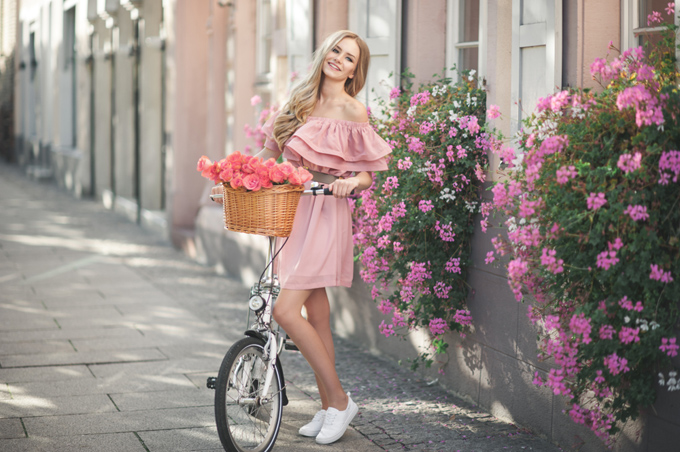 ピンクのオフショルダーワンピースを着た女性