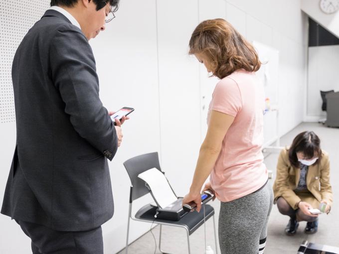 続いて、高機能体組成計測定のコーナーを見てみると…桑原先生も体組成計で現在の体の状態をチェック中!