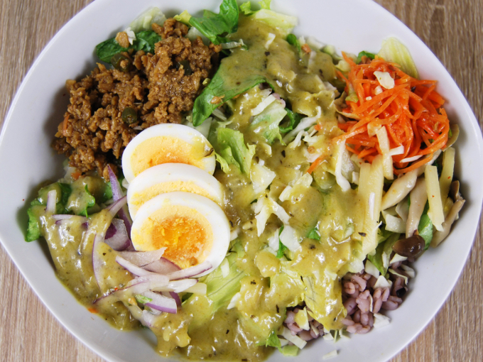 お皿に移した「グリーンカレー風雑穀ボウルサラダ」の画像