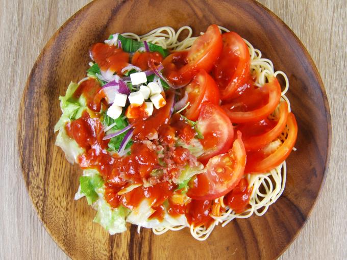 お皿に移した「1/2日分の野菜が摂れるまるごとトマトの冷製パスタ」の画像