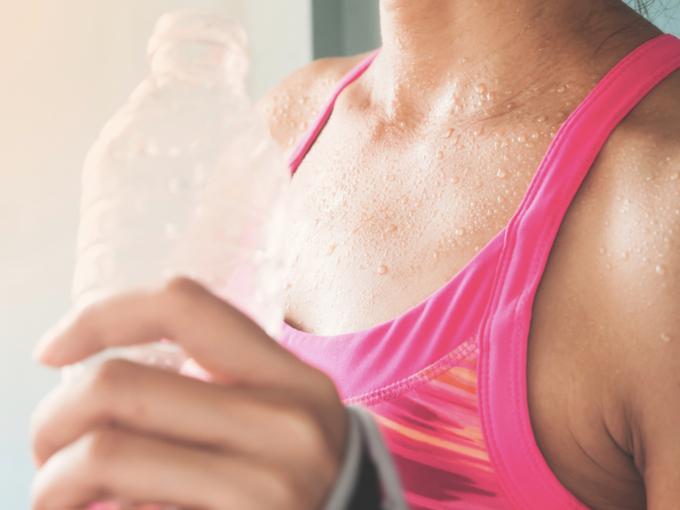 スポーツ後に汗をかく女性