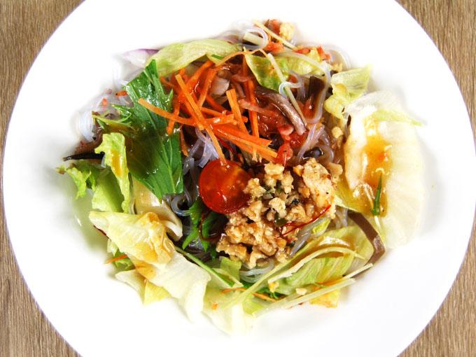 お皿に移した「10品目のアジアン春雨サラダ」の画像