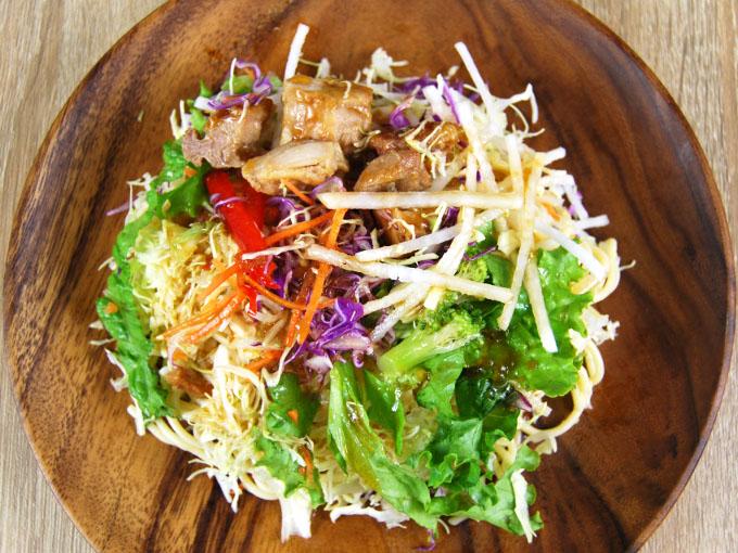 お皿に移した「1食分の野菜と照焼チキンのパスタサラダ」の画像