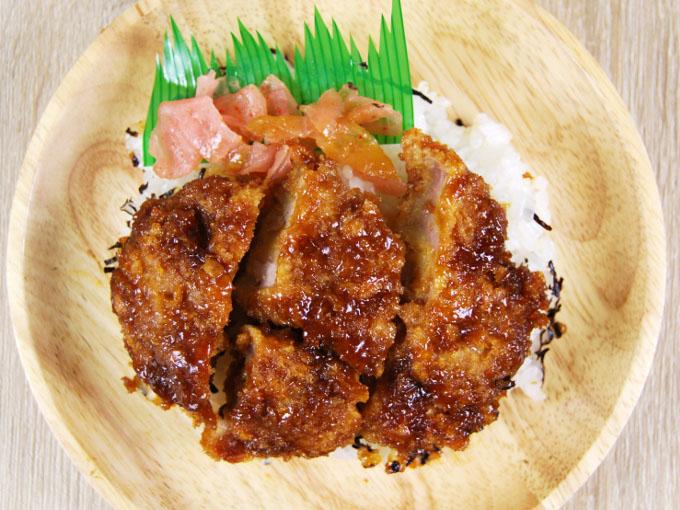 お皿に移した「ひれかつ丼(タレ)」の画像