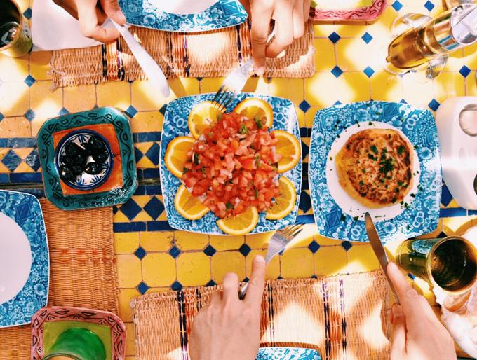 レストランでの食事、サラダやパスタ
