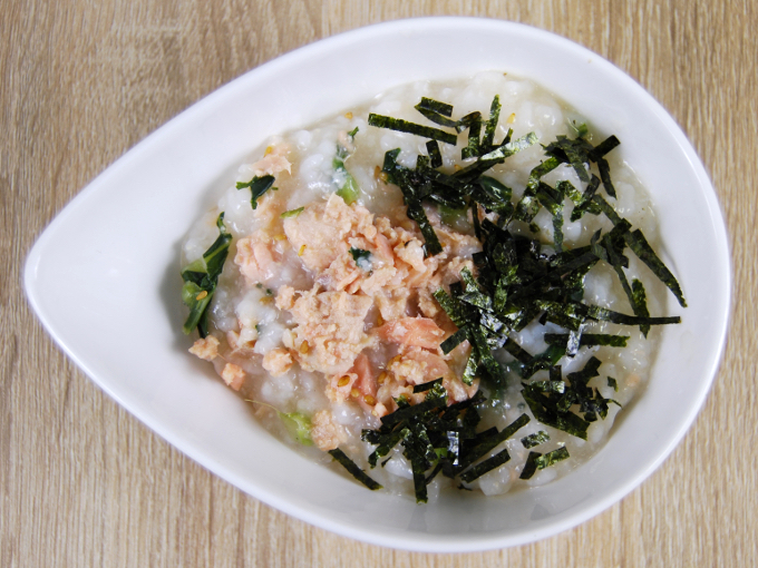 お皿に移した「あごダシ入り! 北海道産焼鮭のおかゆ」の画像