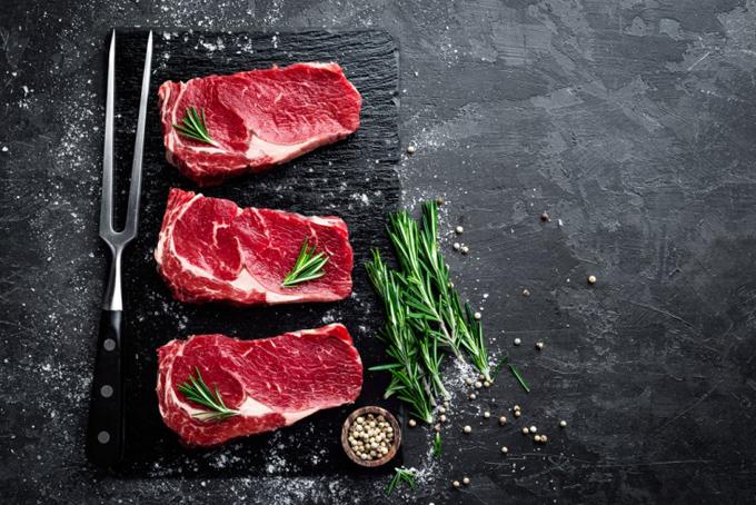 牛肉がまな板の上にならんでいる