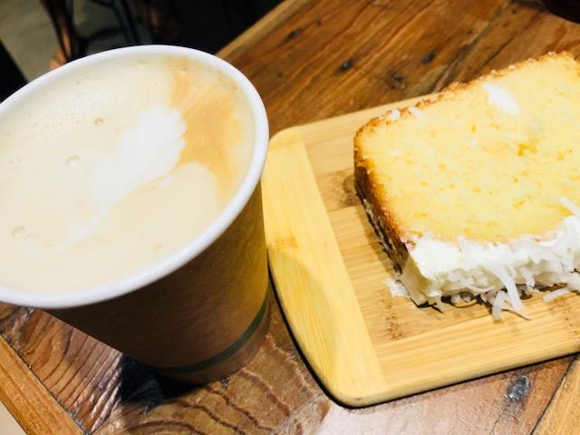 アイランドブリュー・コーヒーハウスのコーヒーとケーキ