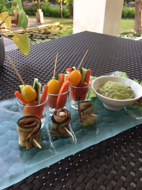 サラダやディップ、野菜スティックの画像