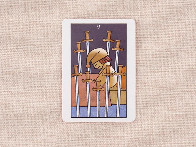 9本の剣とベッドの上の人の絵