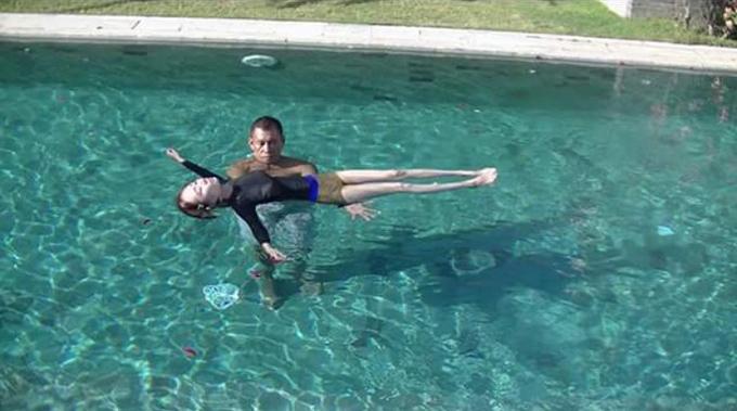 プールで女性が浮かんでいる