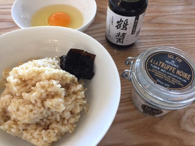 玄米ご飯と佃煮、新鮮卵にトリュフ塩