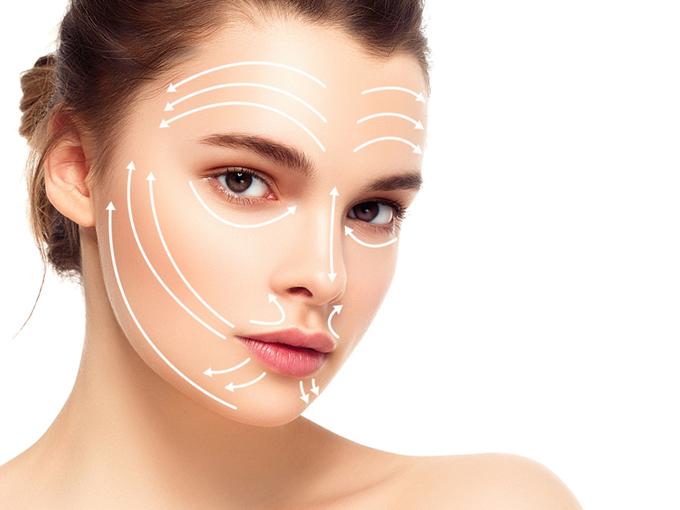 顔のマッサージのラインを示す女性