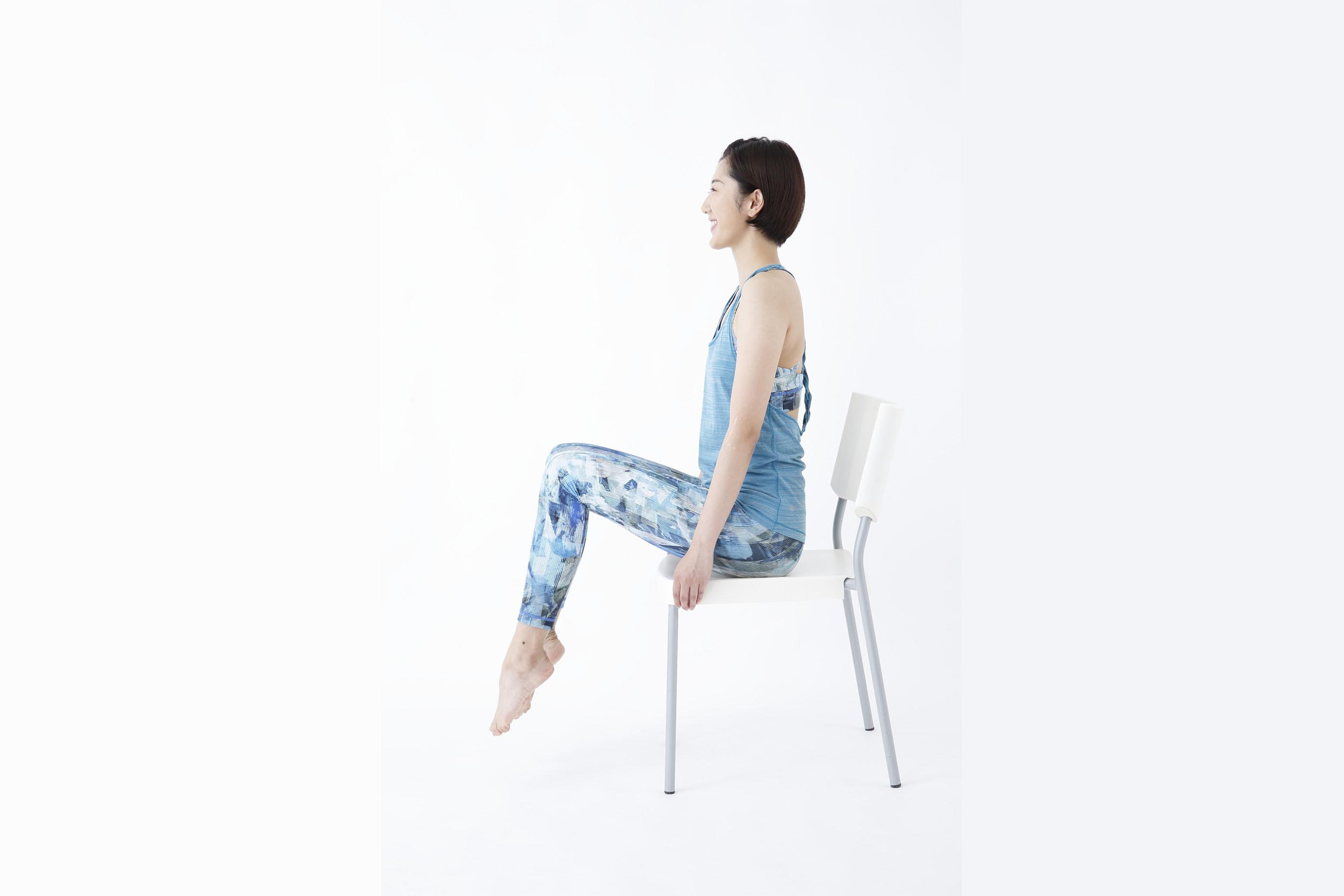 座面をつかんだまま、つま先で勢いよく床を蹴り、ひざを持ち上げている様子