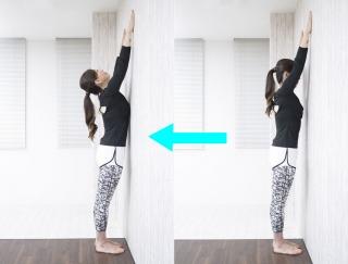 丸まった背中を伸ばす!壁を使った猫背解消トレーニング【動画】