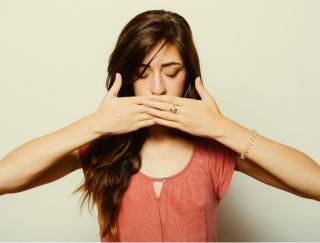 「息クサイ!」って思われてないか不安… 気になる口臭の原因と対処法は?