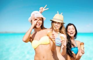 アイス片手に水着姿の女性3人