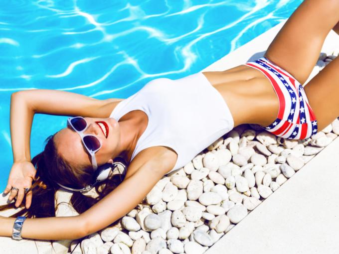 プールサイドで横たわる女性