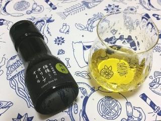 「新鮮檸檬オリーブオイル」の瓶と、グラスに入ったオイル