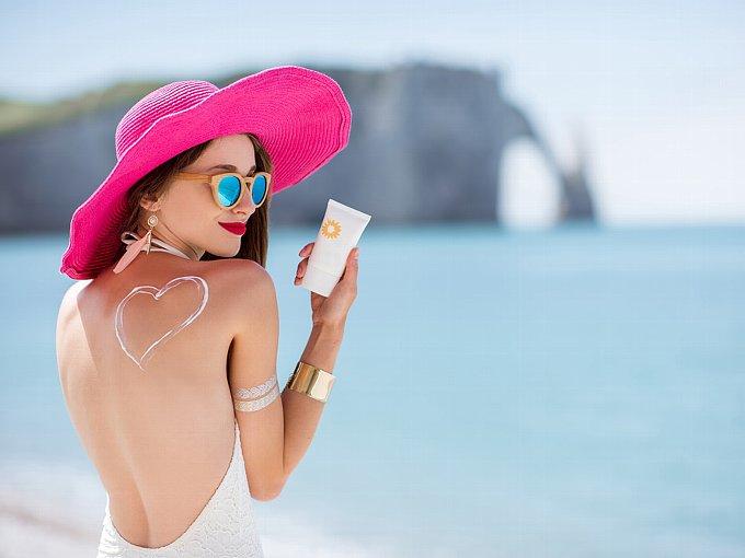 日焼け止めクリームで背中にハートを書いた女性