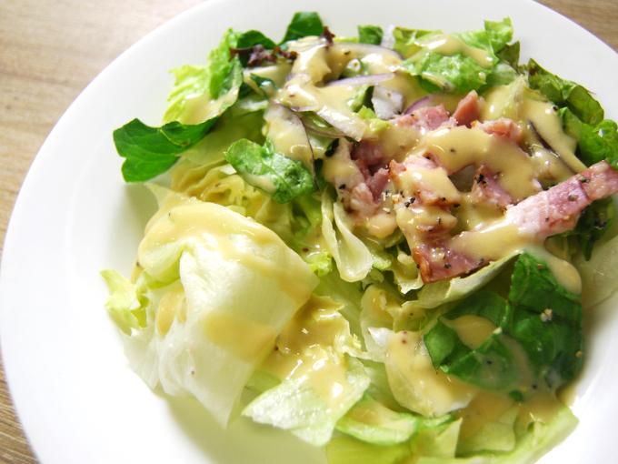 お皿に移した「高原レタスのシーザーサラダ」のアップ画像
