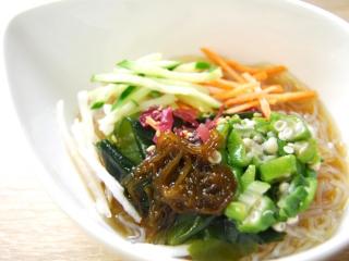 お皿に移した「甘酢でさっぱり! 春雨とオクラのサラダ」のアップ画像