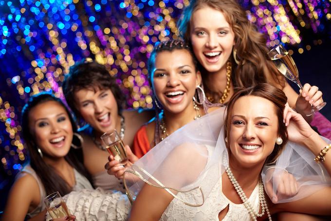 パーティーを楽しむ女性5人の画像