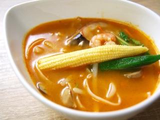 お皿に移した「トムヤムクンスープ」のアップ画像