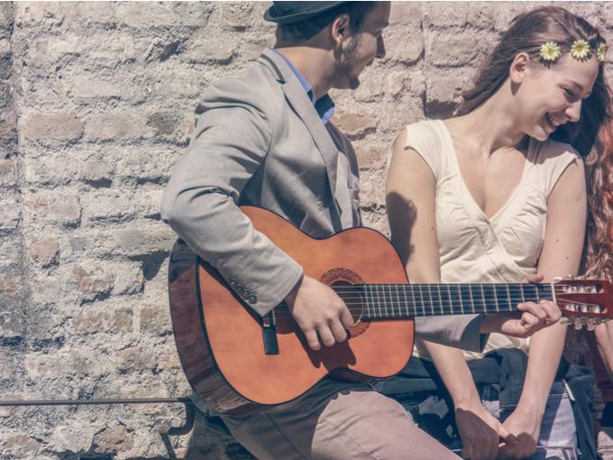 ギターを弾く男性と女性の写真