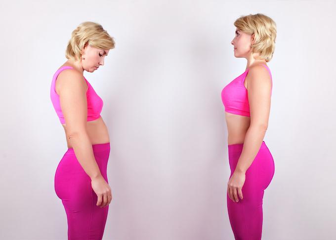 猫背の女性と背筋が伸びた女性の画像