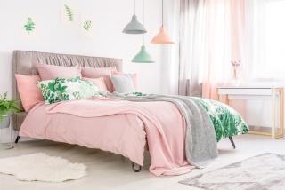 ピンク色のベッドの画像
