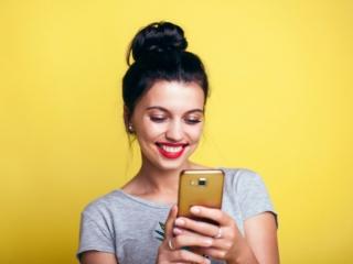 スマホを使っている女性の画像