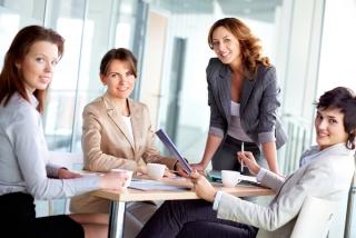 テーブルに集まる4人の女性の画像