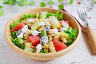 グラノーラとフルーツのサラダ