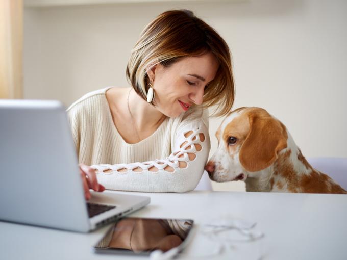 女性と女性に寄り添う犬