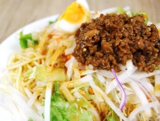 野菜の重量感に大満足! 一皿で満腹必須の「野菜たっぷり! ごま担担風パスタサラダ」