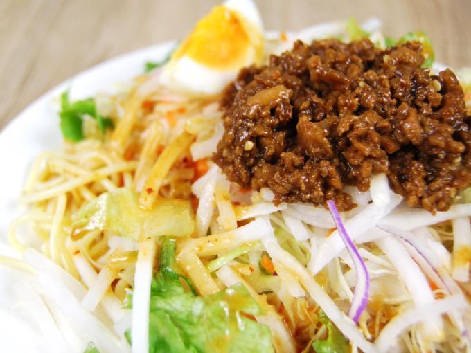 お皿に移した「野菜たっぷり! ごま担担風パスタサラダ」のアップ画像