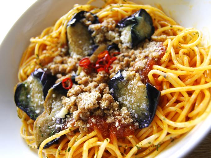 お皿に移した「ナスと挽肉のピリ辛トマトスパゲティ」のアップ画像
