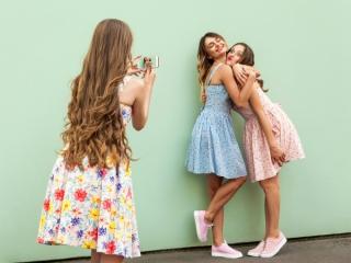 写真を撮る3人組の女性