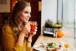 カフェでお茶を飲んでいる女性の画像