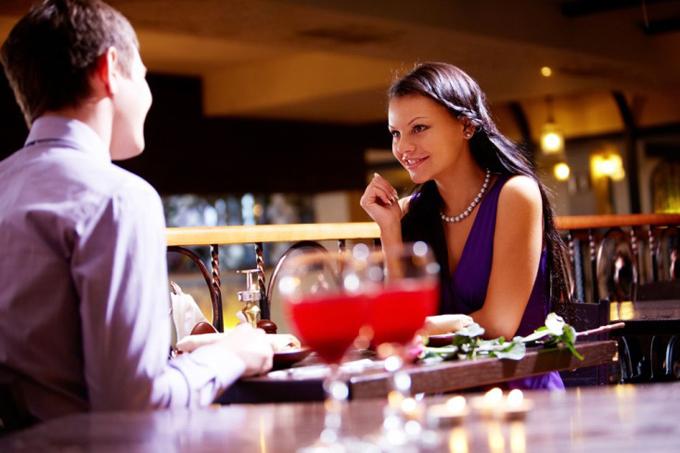レストランで会話するカップル