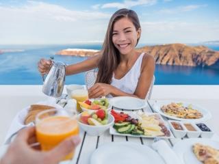 海を眺める絶景での食事