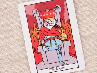 王冠をかぶってイスに座る男性の絵