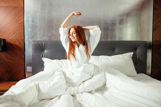 すっきり目覚めた女性の画像