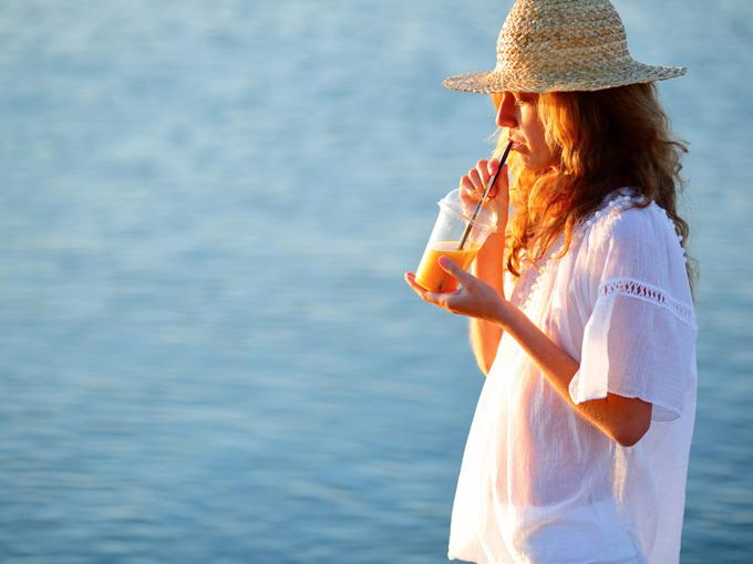 朝にドリンクを飲む女性のイメージ画像