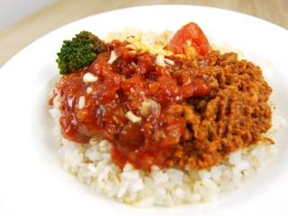 お皿に移した「1/2日分の野菜! タコライスもち麦ご飯」のアップ画像