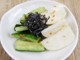 お皿に移した「塩昆布で食べる! かぶ胡瓜」のアップ画像