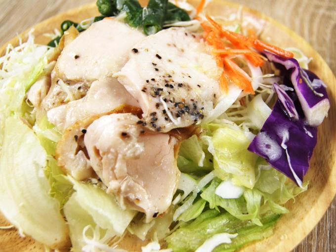 お皿に移した「鶏むね肉のサラダ」のアップ画像